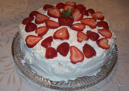 blotkake-with-strawberries-and-whipping-cream
