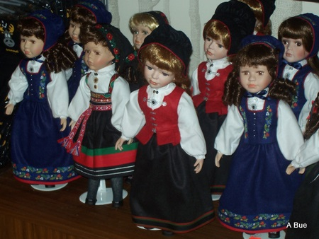 dolls dressed in norwegian bunader