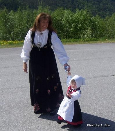 girls in norwegian nasjonal drakt