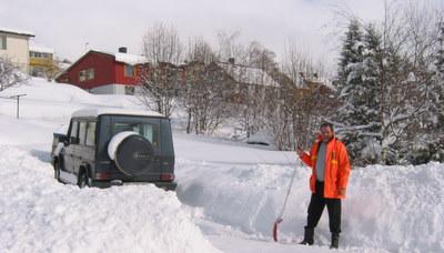 kai-shoveling-snow-in-isfjorden-romsdalen