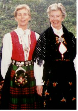 ladies-in-norwegian-costumes