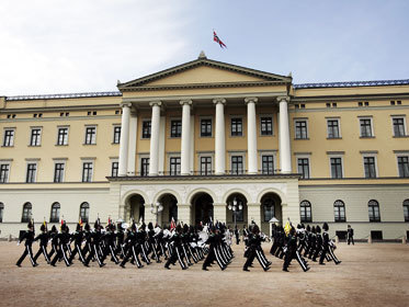 norwegian-royal-castle-royal-guards