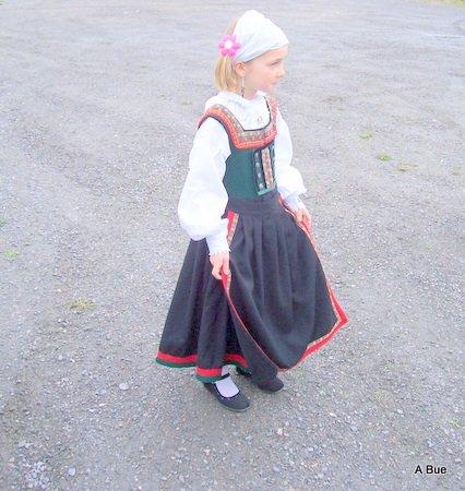 ><BR><B>dancing girl in norsk bunad